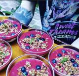 Chia Yogourt, coulis de fraises, myrtilles fraîches et croustillant coco-noisettes